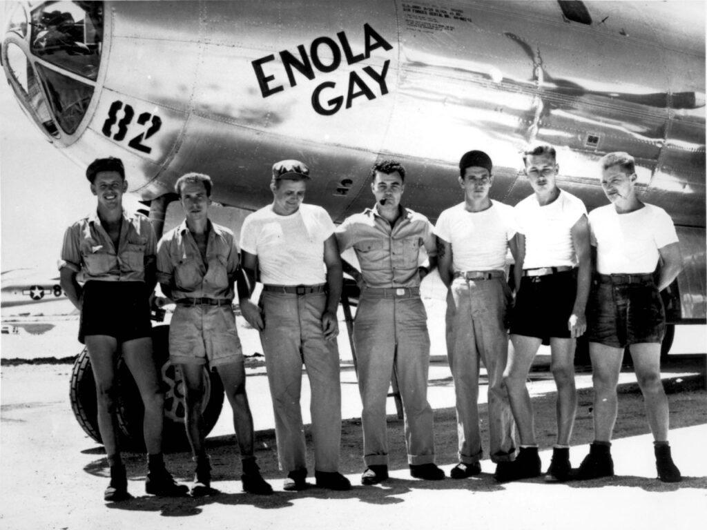 Questa immagine ha l'attributo alt vuoto; il nome del file è B-29_Enola_Gay_w_Crews-1024x768.jpg